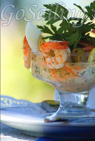 """Салат из морепродуктов  """"морской коктейль """" с авокадо и сельдереем."""