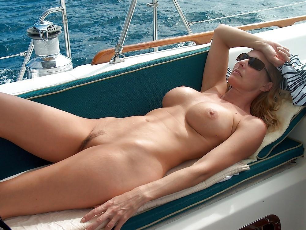 Нудисты на яхте